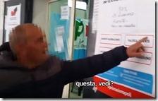 Un uomo indica chi votare fuori al seggio
