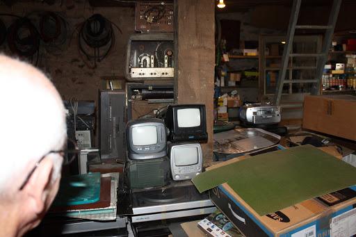 Veel kleine televisietoestellen.