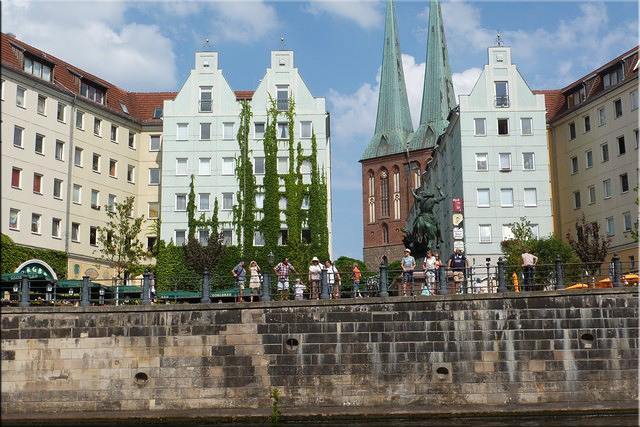 San Jorge y el dragón, detrás asoman las torres de Nikolaikirche (Barrio de Nikolaiviertel en Altberlin)
