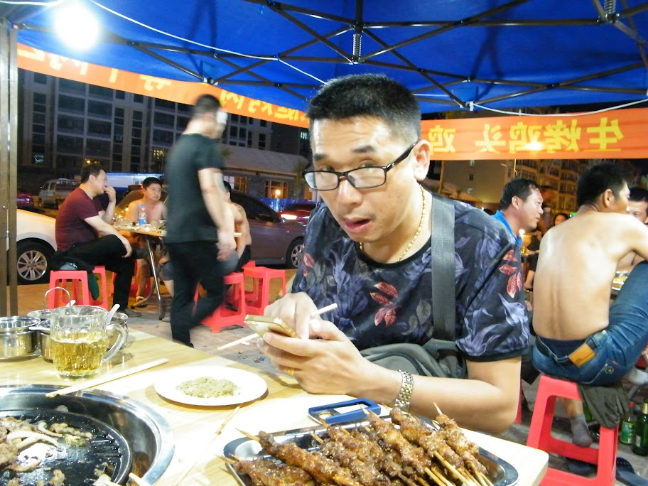 my kid brother's  last night dinner in Qiqihar with a helping financial pack. for he arrogantly despised cameraman, his photo seemingly slightly ugly.