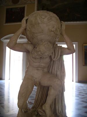 天球を担ぐ男の彫像