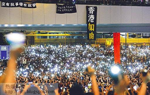 佔中引發的示威持續,金鐘、中環、銅鑼灣等地都有集會人士。不少市民昨晚在金鐘集會期間,以手機的燈光照亮夜空。  (馮漢柱攝)