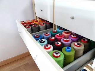 Hilos de coser guardados en cajones