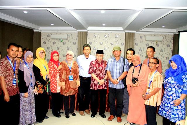Peserta workshop foto bersama para sastrawan