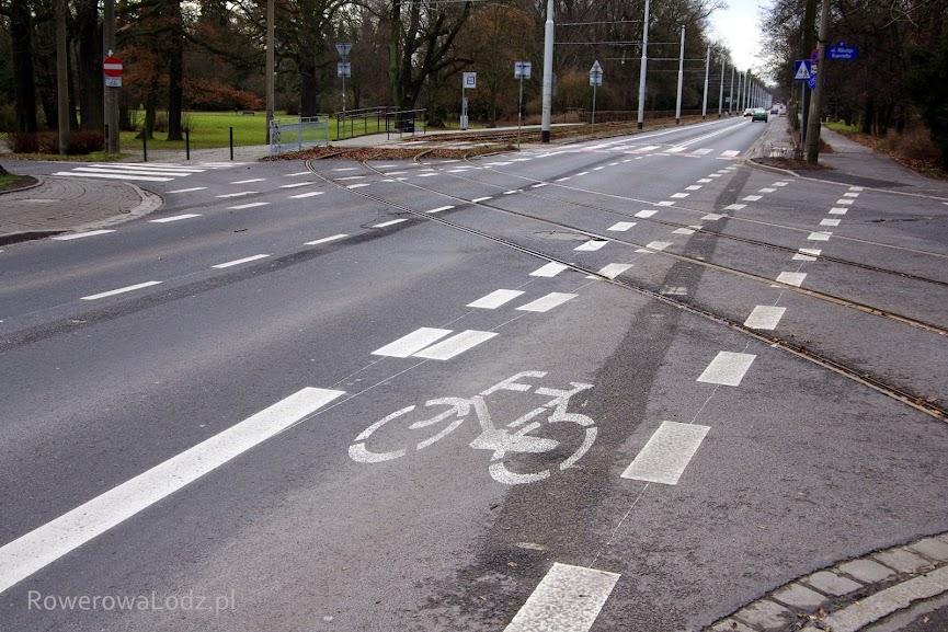 Pas ruchu przechodzi w jednokierunkową drogę dla rowerów. Po drugiej stronie jezdni na odwrót.