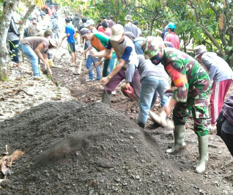 Babinsa Koramil 05 Marioriwawo Serka Anwar Menjadi Penyemangat Dalam Karya Bhakti Di Desa Gattareng