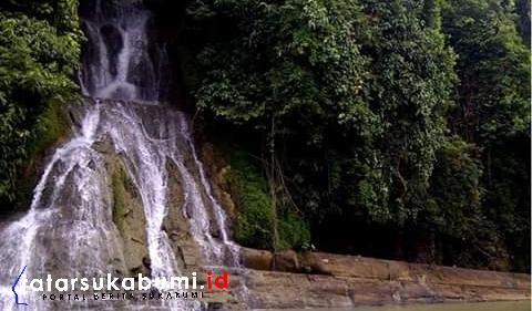 Curug Leuwi Sumelit dikawasan Geopark Ciletuh tepatnya di Kecamatan Ciracap Kabupaten Sukabumi// Foto : Rudi Imelda