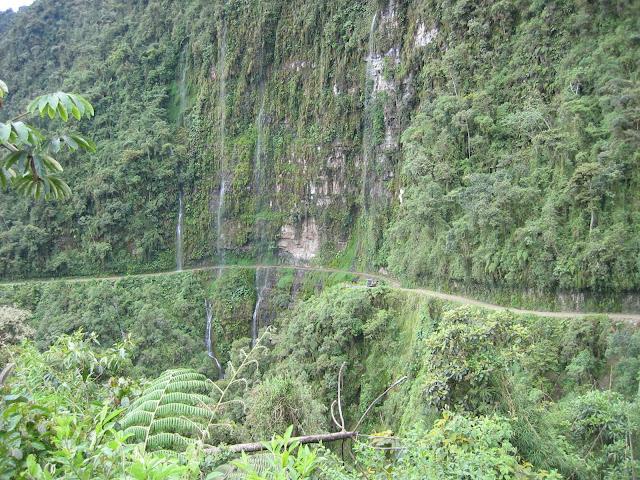 """Yungas : """"la route de la mort"""" et les cascades de Sacramento Alto à 2700 m d'alt. (Bolivie), 11 janvier 2004. Photo : H. Bloch"""