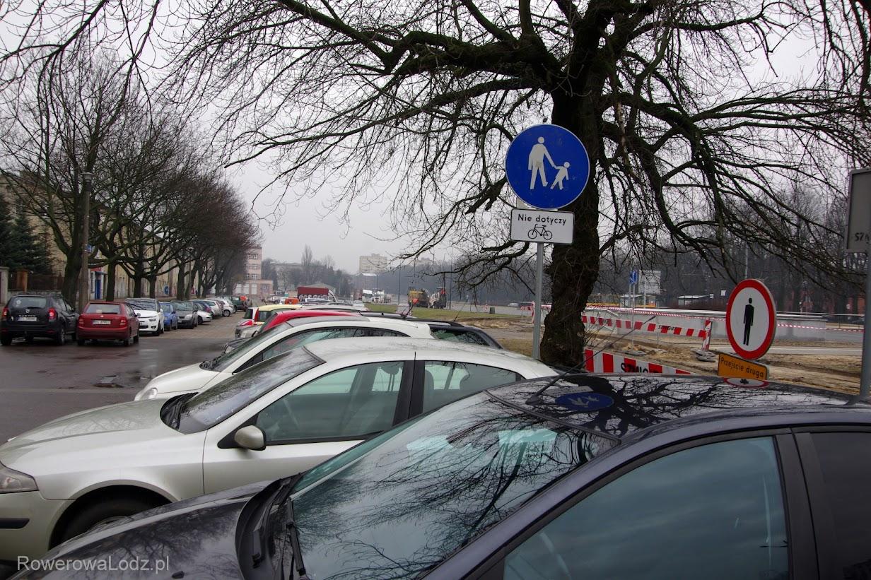 Ktoś wyznaczył drogę dla pieszych z mozliwością jazdy rowerem... problem tylko, że to parking i wszelkie samochody łamią przepisy wjeżdżając tu i parkując.