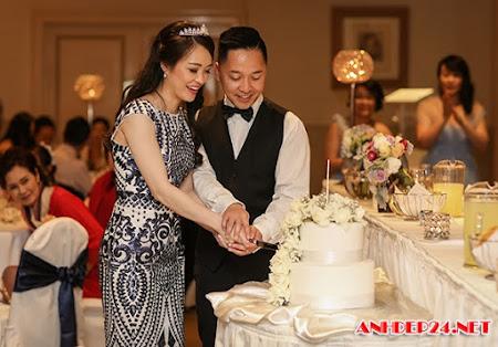 Chàng Việt kiều quỳ xuống hôn chân vợ Malaysia trong đám cưới