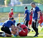 Kádár Tamás, a franciaországi labdarúgó Európa-bajnokságon szereplő magyar labdarúgó-válogatott tagja bokáját fájlalja, jobbra Bernd Storck szövetségi kapitány a csapat Tourrettes-ben tartott edzésén 2016. június 12-én. (MTI Fotó: Illyés Tibor)