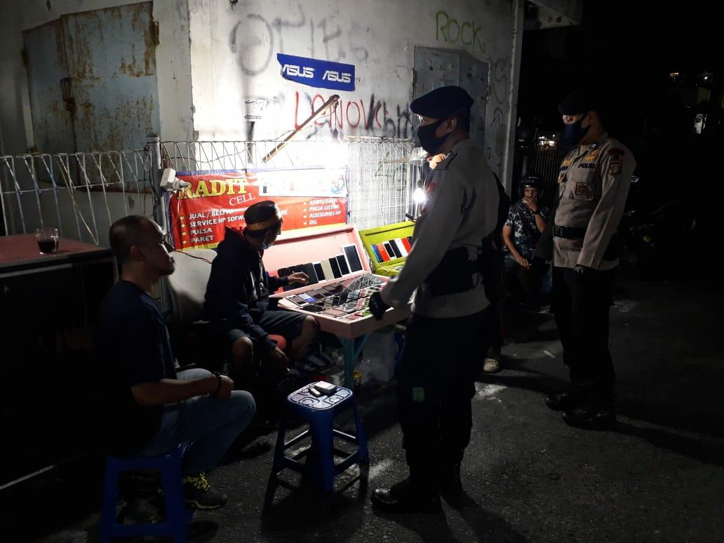 Siap Dukung New Normal, Brimob Polda Kaltim Berikan Protokol Kesehatan kepada PKL Pasar Klandasan