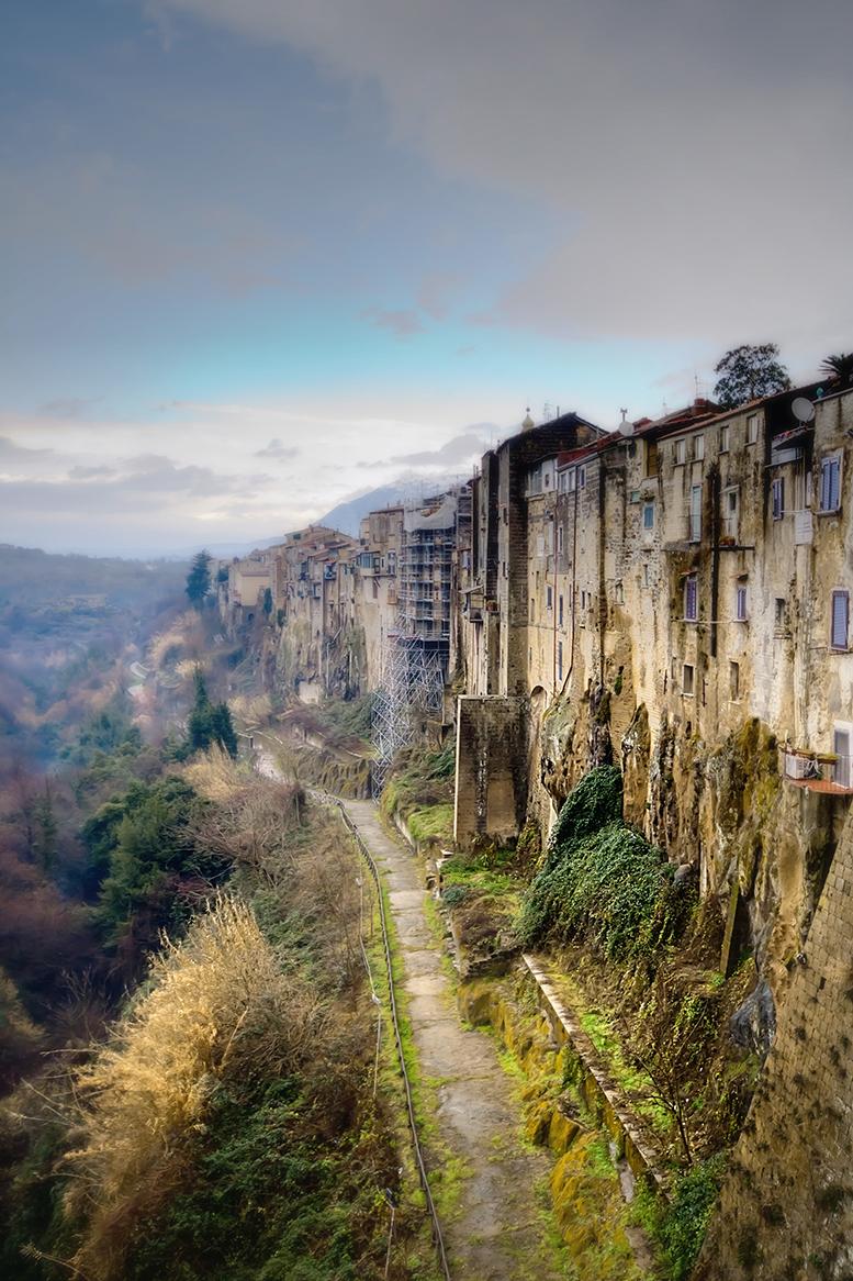 C'erano quelle antiche mura, possenti, giganti, con un vecchio cuore ricco di ricordi e di verde speranza... di Brontolone