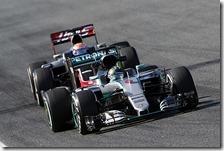 Una Mercedes precede una Haas
