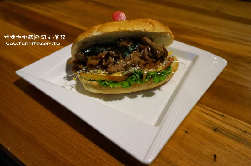煙燻咖啡館 日式薑燒豚肉風味堡 @150元/個