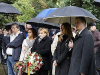 09 - Politikusok is tisztelegtek a hősök emléke előtt.JPG