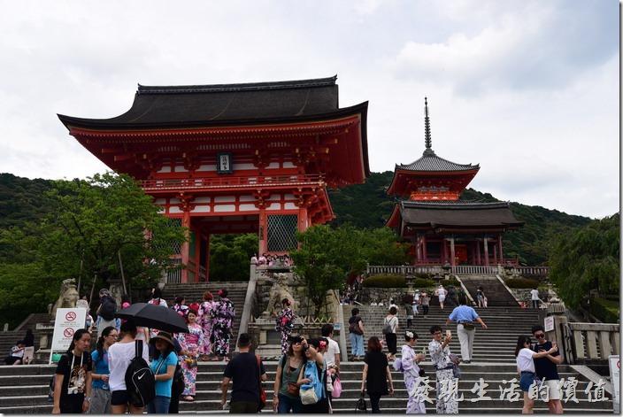 清水寺的仁王門的後面可見一棟三層尖塔的紅色建築為三重塔。