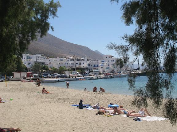 Playa y pueblo de Aegiali en Amorgós