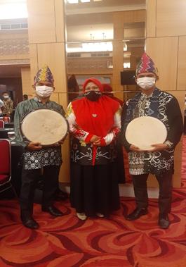 Mahasiswa PAI Suskes Menampilkan Madihin Pada Acara Kongres Kerukunan Bubuhan Banjar (KBB) Di Kalimantan Tengah Wilayah 2