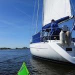 053-Ik surf mee met een zeilboot. We draaien de Korte Vliet in op weg naar het Zandmeer.