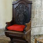 Eglise Saint-Martin : cathèdre ou fauteuil de bois sculpté orné des armoiries du Pape Innocent X (1644 à 1655)