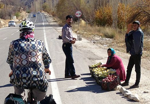 Miri und Apfelverkäuferin an der Landstraße, Iran