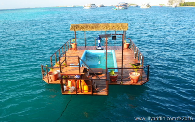 ui floating villa maldives