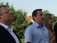 Cziprusz Zoltán az OE rimaszombati tagja köszönti szülővárosában az új elnökséget.JPG