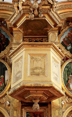 Кафедра для проповедника в центре иконостаса.