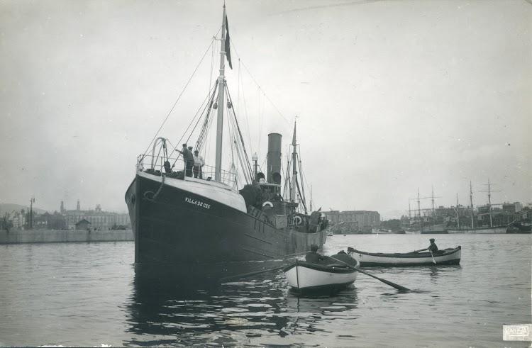 Bou de pesca a vapor VILLA DE CEE. Unión Postal de Correos. Ca. 1915. Barcelona. Al fondo se aprecian los almacenes de deposito en donde descargaban los pesqueros.jpg