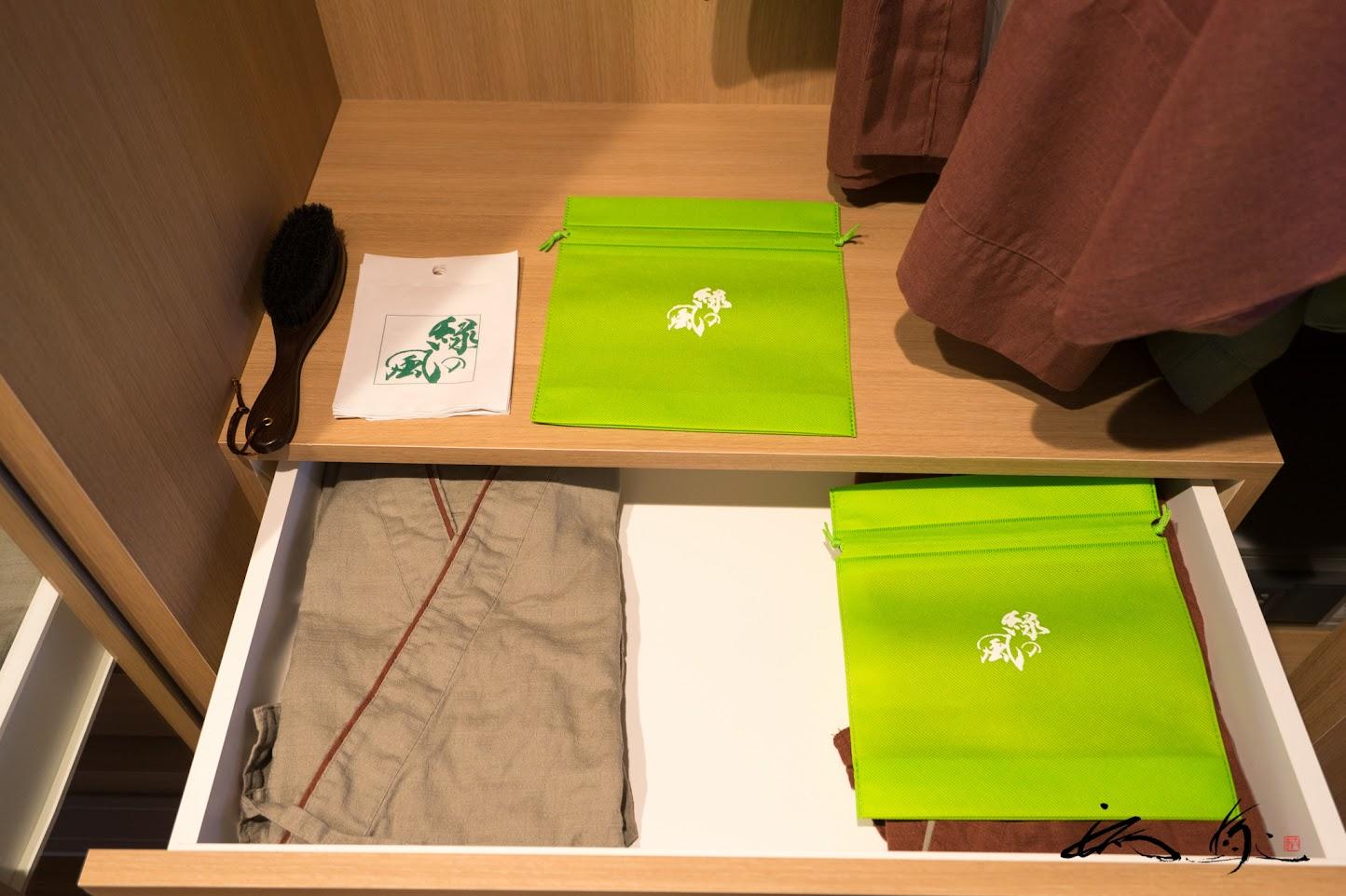 引き出しに用意されたバスローブ、浴衣、作務衣