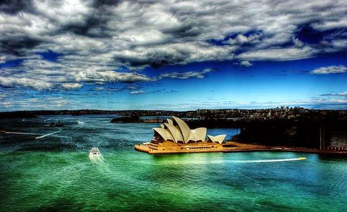 Австралия | Достопримечательности | Сиднейская Гавань Большинство посетителей страны начинают свое знакомство с ней именно здесь. Береговая линия Сиднейской гавани длиной в 240 километров украшена множеством парков и садов, а так же выдающихся достопримечательностей, таких как Сиднейский оперный театр и Харбор Бридж.