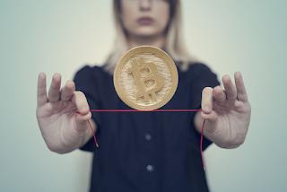 Bitcoin 'derrete' e R$ 768 bilhões em criptos evaporam após alta histórica