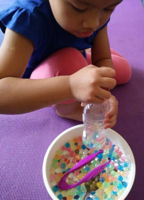 Tidak sabaran memasukkan water beads.