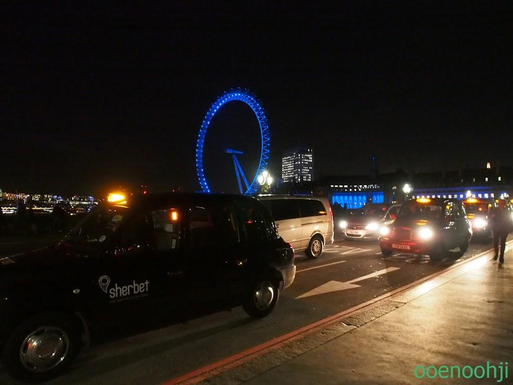 ライトアップされたロンドンアイ