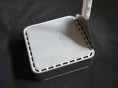 Mac mini専用スクレーパーを差し込む