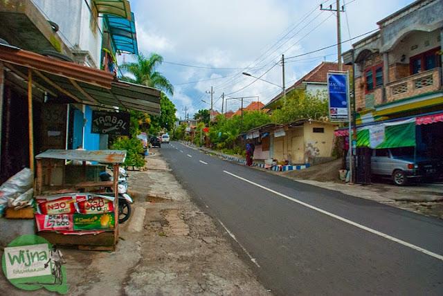 Suasana jalan raya dari Selecta menuju Air Terjun Coban Talun di Kota Batu