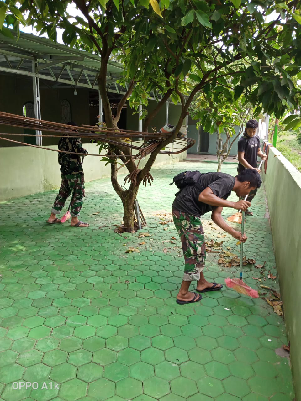 Meski telah rampung 100 persen, satgas TMMD rajin bersihkan halaman masjid Nurul Imam