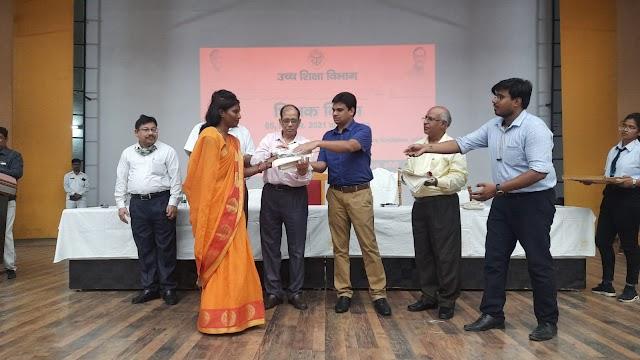 बंदना कुशवाहा को जिलाधिकारी आंध्रा बामसी द्वारा किया गया सम्मानित