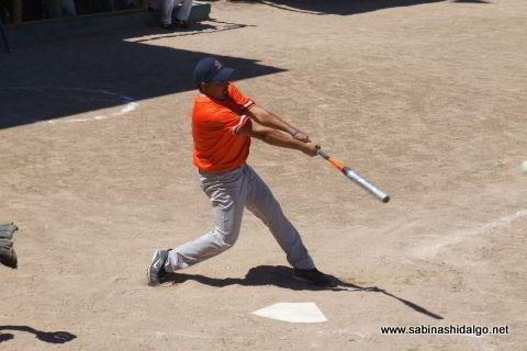 Gerardo Castellanos bateando por Burócratas A en el softbol dominical