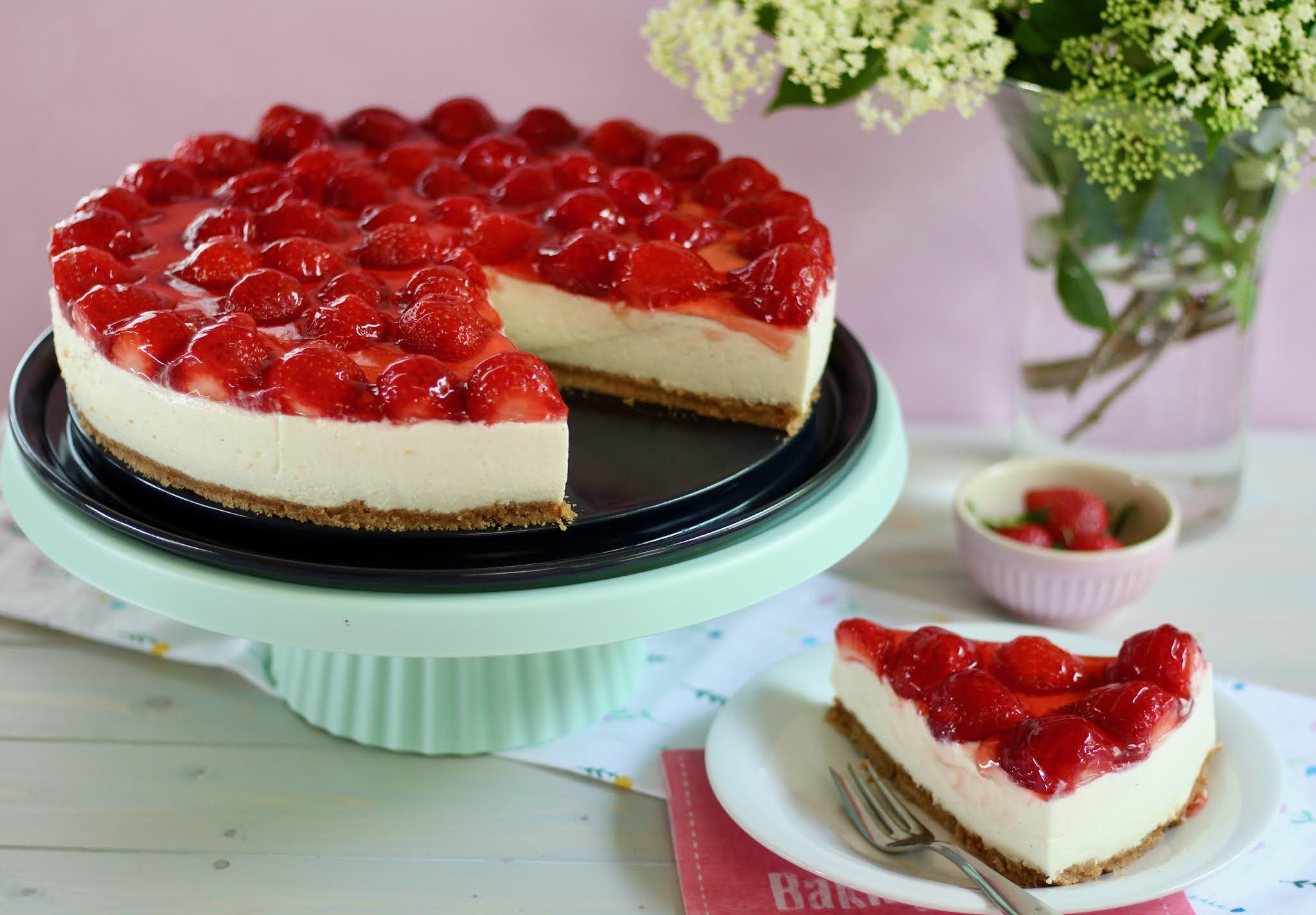 Erdbeer-Holunderblüten-Torte ohne Backen: Super einfach! Rezept und Video von Sugarprincess