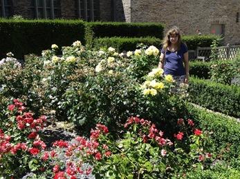 2017.06.18-014 Stéphanie dans les jardins du château