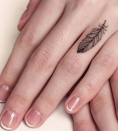 Pena tatuagens de design no Dedo anelar