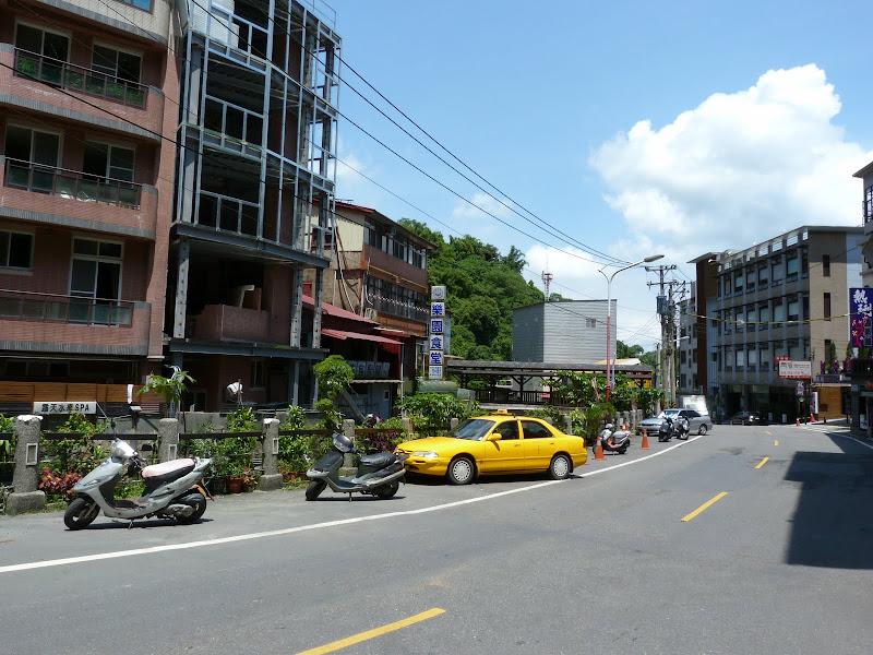 Train de Tainan vers Shuishang, puis taxi, sinon il fallait attendre deux heures un bus..Retour en bus à Shuishang via Baihe. Guanziling, en semaine...Que des hôtels