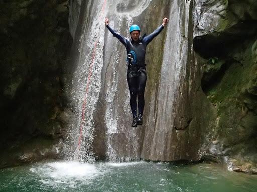 Arrivée du saut de 4m, canyoning Versoud
