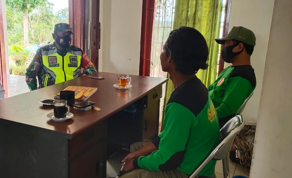 Babinsa Koramil 01/Tenggarong Kota Laksanakan Komsos Dengan Anggota Linmas Kelurahan Sukarame