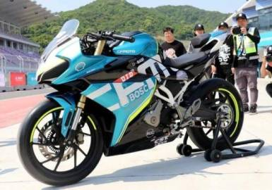 It's a buzzing rumor that Chinese premium brand CFMoto is rumored to be part of the MotoGP World Championship in the 2022 season, joining the race for the full season. At the Moto3 level, after a source came out that the Chinese brand has backed up as a big leg in the industry like KTM.  According to news reports from the media such as speedweek.com reported by Günther Wiesinger. It has stated that for the coming 2022 season, the Pierer Mobility AG group will add 20 Moto3 race bikes to the list, with 14 KTMs, 2 Husqvarna, 2 GasGas and two CFMotos. CFMoto's race bikes will be races for the PruestelGP team, with PruestelGP currently using KTM's RC 250 GP racers, so it wouldn't be surprising if there was a change next season.   As is known, Pierer Mobility controls the KTM, Husqvarna and GASGAS brands, making their debut at the 2021 World Championship season. All of the three teams' races were based on the same RC250GP, with some changes to equipment and mechanics. including new colors and brands In this case, it will be similar to CFMoto next season, which will compete under its own brand, but will use race bikes based on KTM brand bikes again.    One of the most likely clues here is how Pierer Mobility has shifted its relationship with the Chinese brand. After collaborating since 2014, the new investment ceiling was raised in 2017 by acquiring a 49% stake in the group, as well as expanding the production line of KTM motorcycles in CFMoto's factories for sale in China. It has also jointly invested in a new factory in Hangzhou to serve as a new base for the CFMoto and KTM brands with a capacity of more than 50,000 vehicles next, and plans to produce the KTM 750 Series will be available exclusively. in china And the arrival of the CFMoto 800MT powered by the KTM 790 Series' LC8c engine has now moved up to 890.   This isn't the first time a Chinese brand has entered a world championship. Back in 2005, Chinese giant Zongshen also participated in the competition. Although 