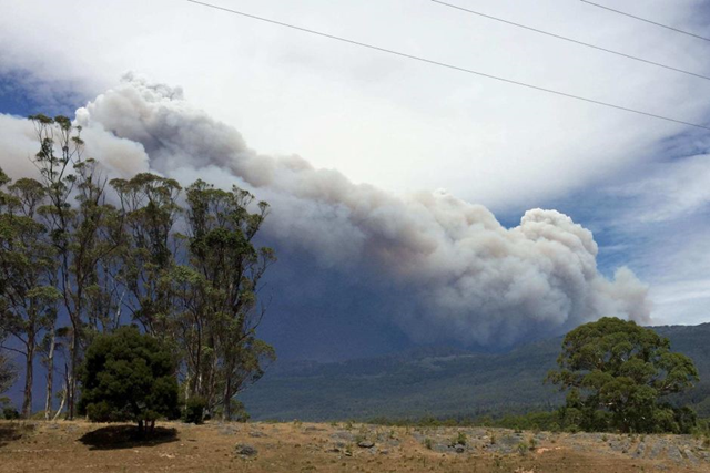 Smoke rises from bushfires near Cradle Mountain in Tasmania, 19 January 2016. Photo: Tony Stodart