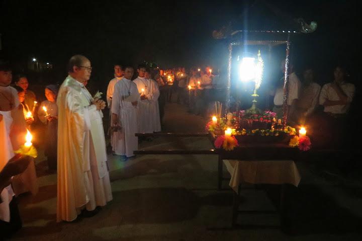 Hình ảnh Kiệu Mình Thánh Chúa đi quanh Giáo xứ