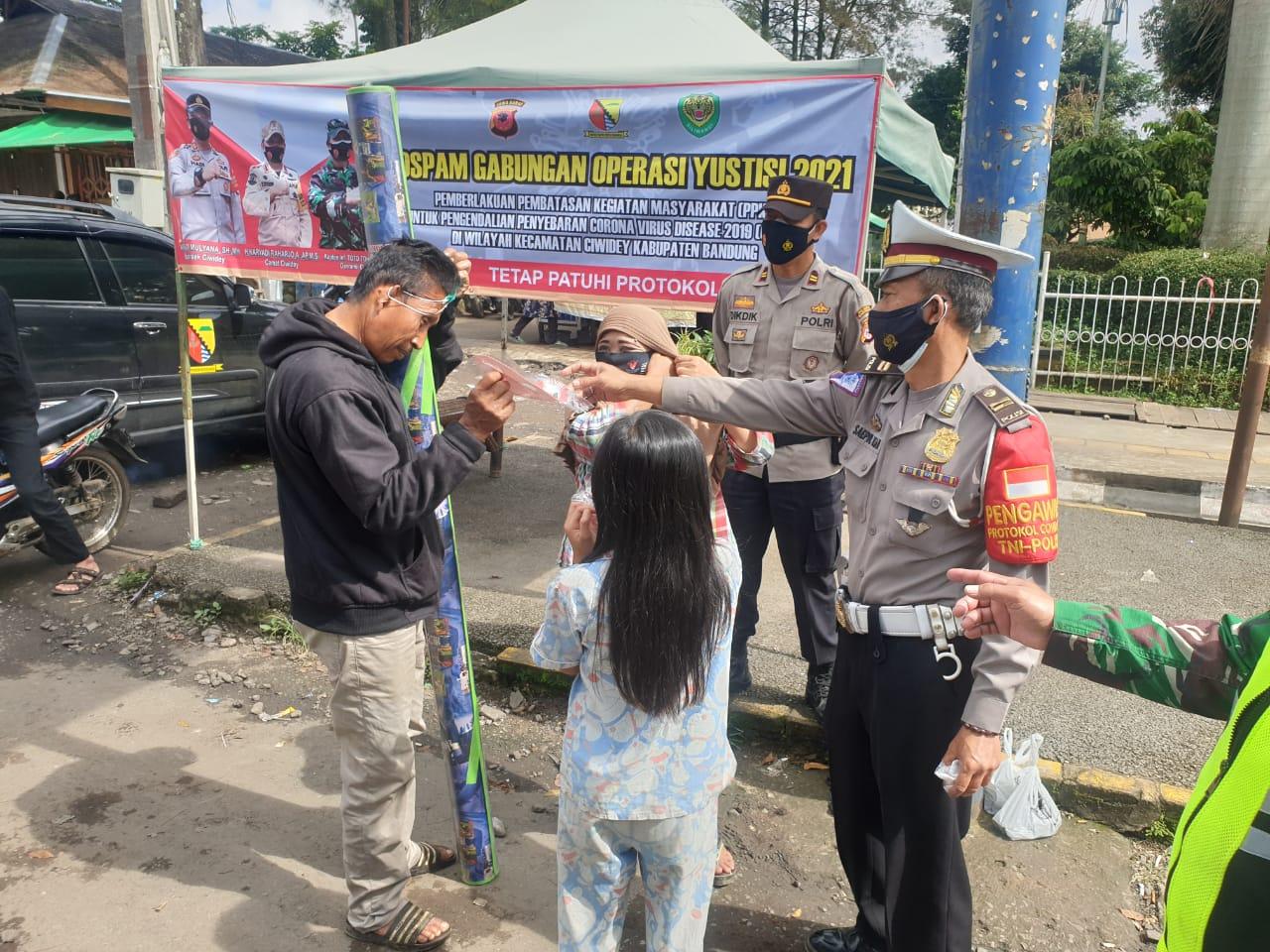 Polresta Bandung Polda Jabar Gencar Edukasi dan Pembagian Masker Gratis Bagi Warga